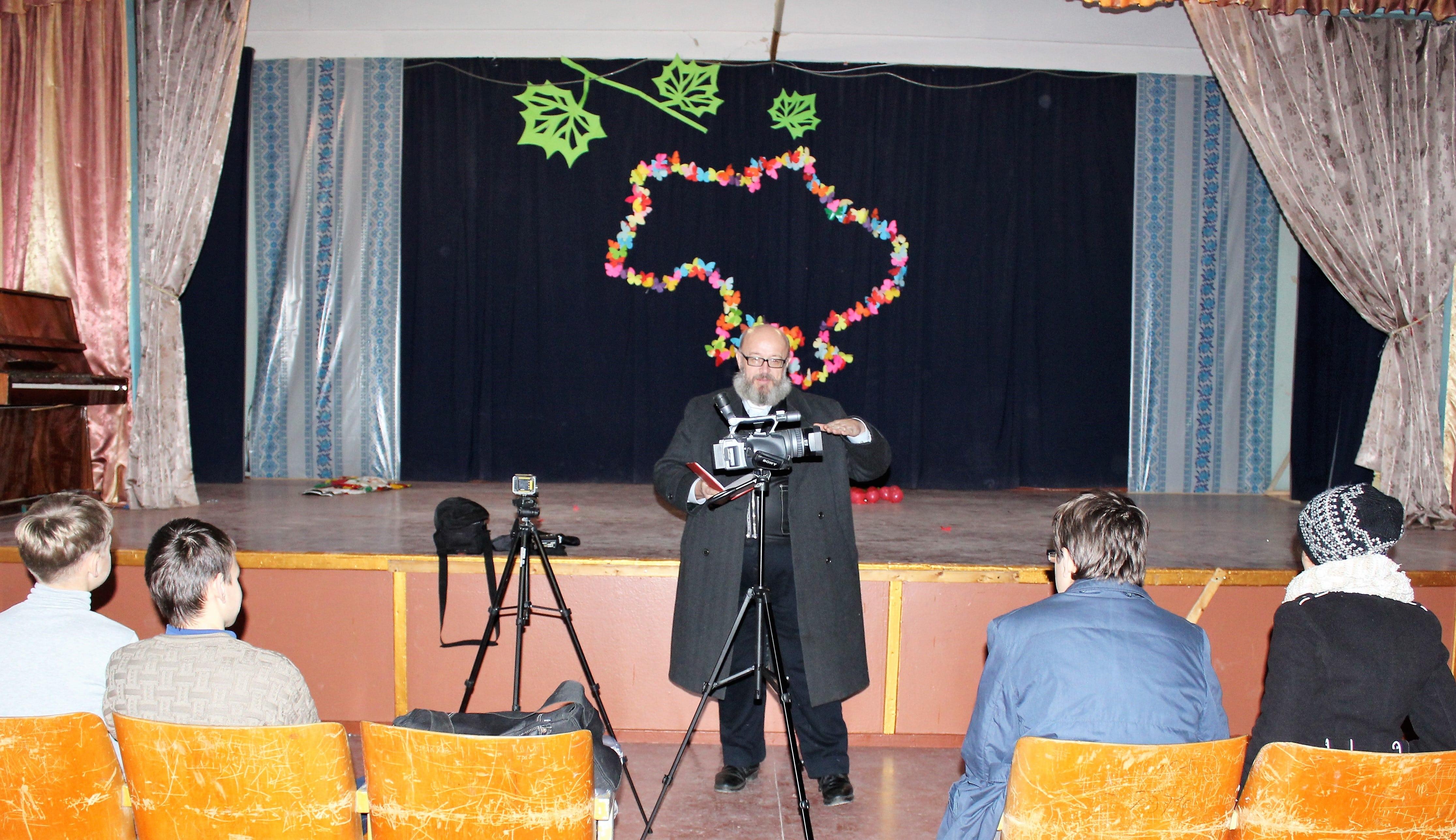 Настоятель храма прп Серафима Саровского обучает детей азам телесъемки
